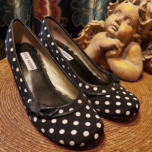 Adorable STEVE MADDEN polka dot kitten heel pumps